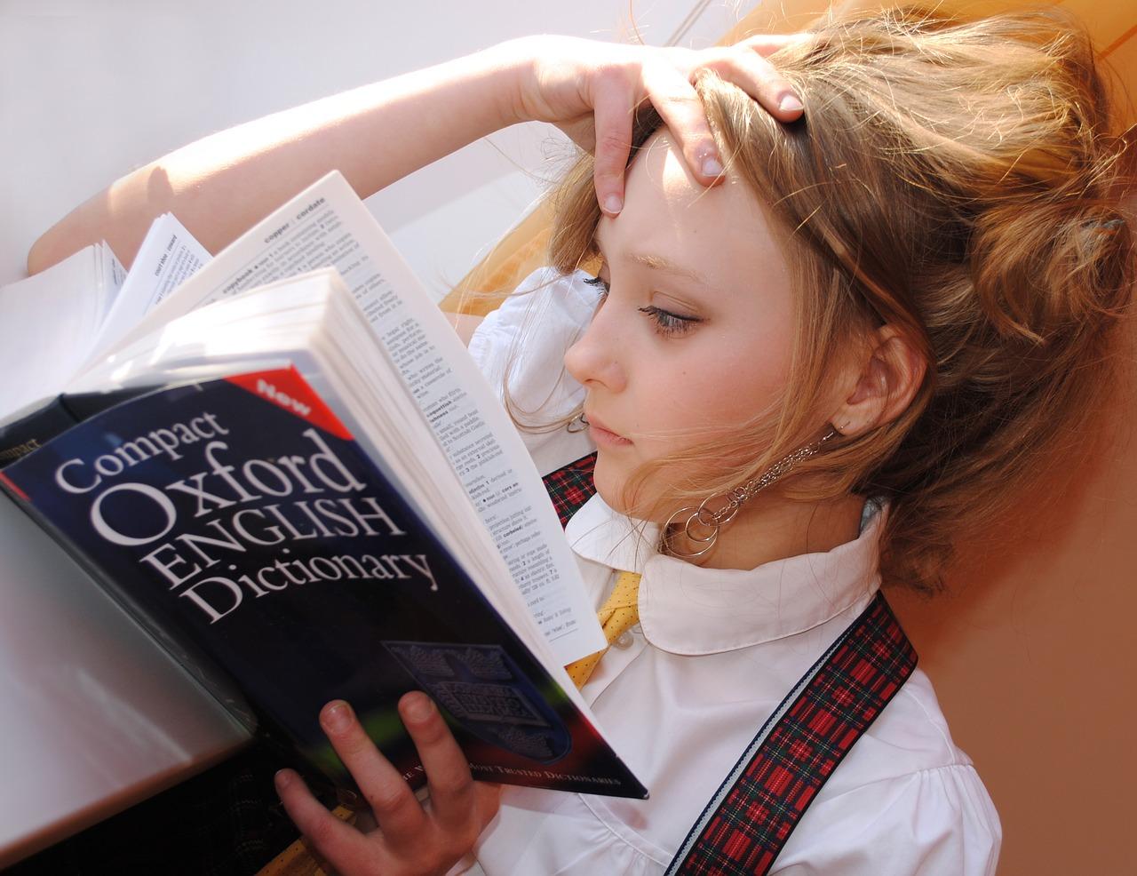 紙の辞書と電子辞書、英語の勉強にはどちらがオススメ?メリデメを徹底比較!